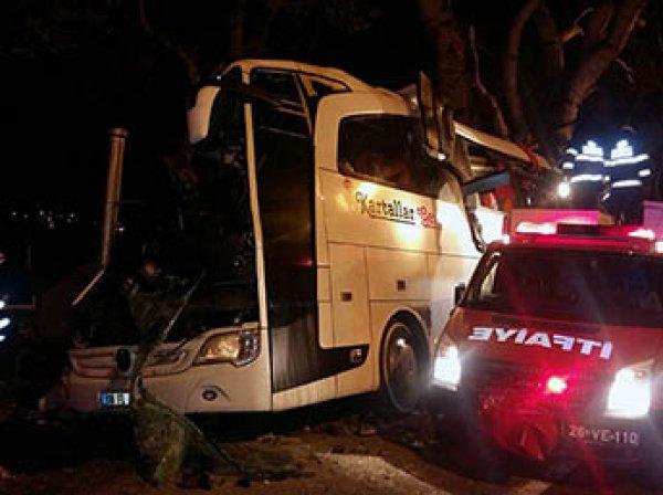В Турции автобус протаранил столб: минимум 17 погибших