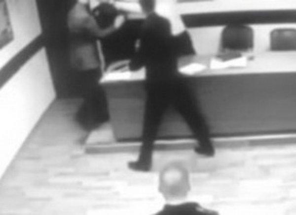 Начальник ОМВД Москвы попытался задушить майора прямо на совещании