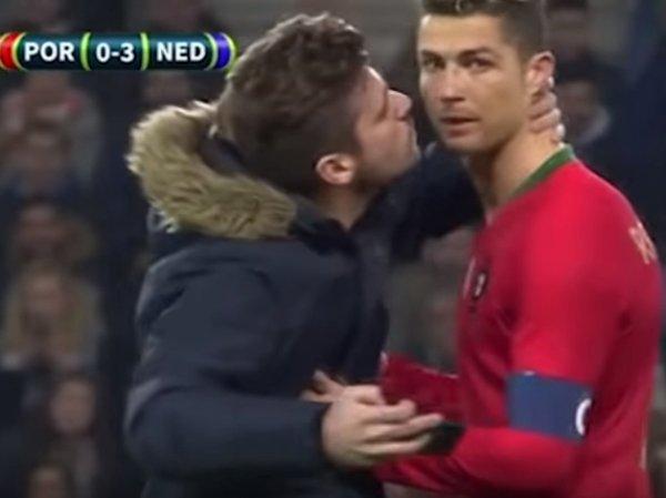 На YouTube появилось видео с фанатом, поцеловавшим Ронадлу на поле прямо во время матча