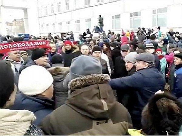 """В Волоколамске разъяренная толпа избила главу района после инцидента на полигоне """"Ядрово"""""""