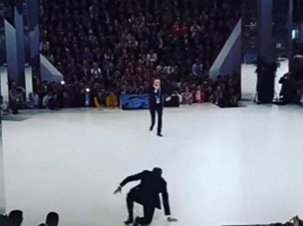 Упавший на сцене форума Лавров превратился в мем