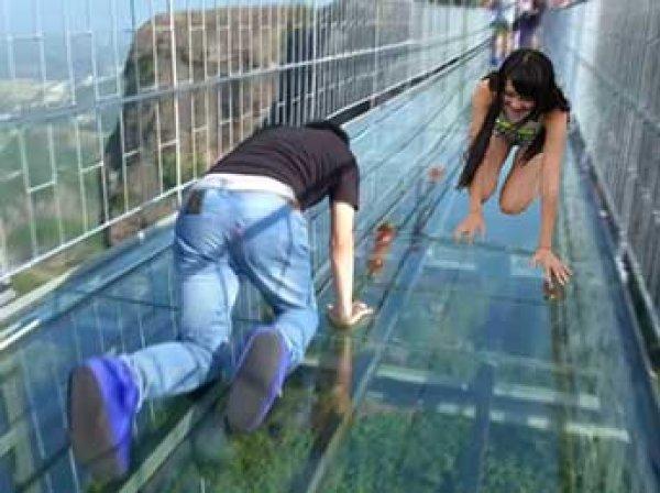 В Китае построили самый высокий мост из стекла - 2 км над уровнем моря