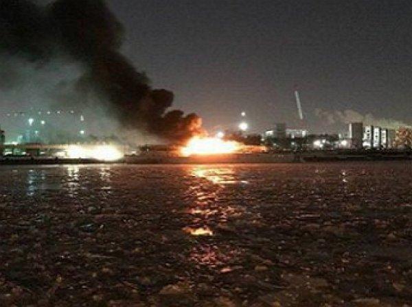 В Москве загорелось судно на Нагатинской набережной