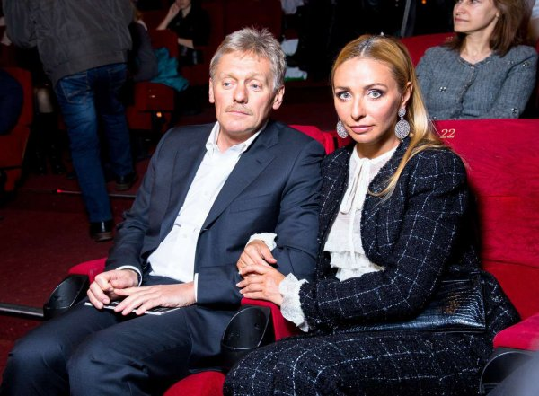Навка показала новое фото Пескова в знаменитых красных штанах