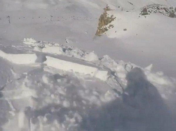 На YouTube опубликовано видео спуска сноубордиста с горы во время лавины