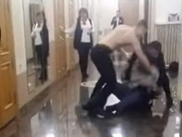 На YouTube попало видео, как пьяный фанат с оружием прорывался на концерт Бузовой