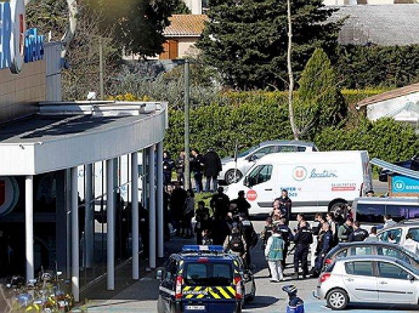 Умер полицейский, обменявший себя на заложников во Франции