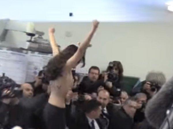 На YouTube попало видео, как активистка Femen разделась перед Берлускони