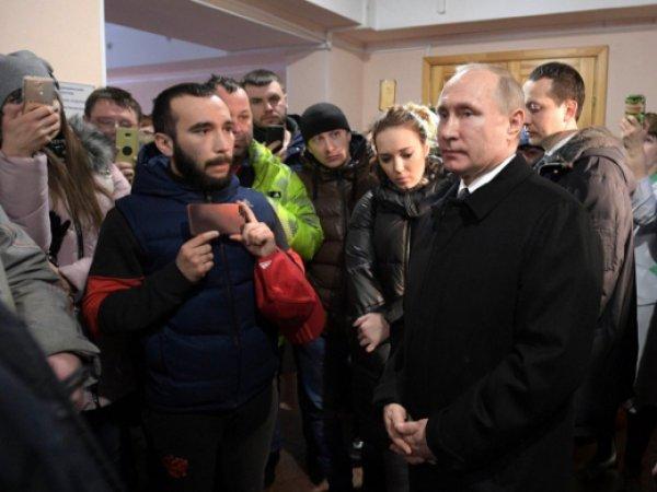 """Путин посетил пострадавших при пожаре в ТЦ """"Зимняя вишня"""" в Кемерово"""