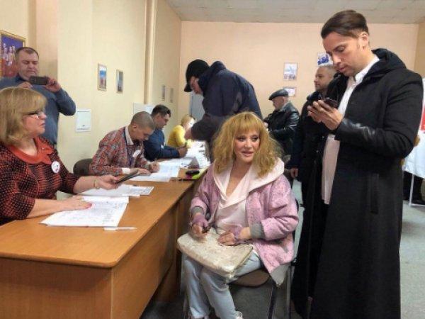 Соцсети высмеяли фото Пугачевой и Галкина с избирательного участка