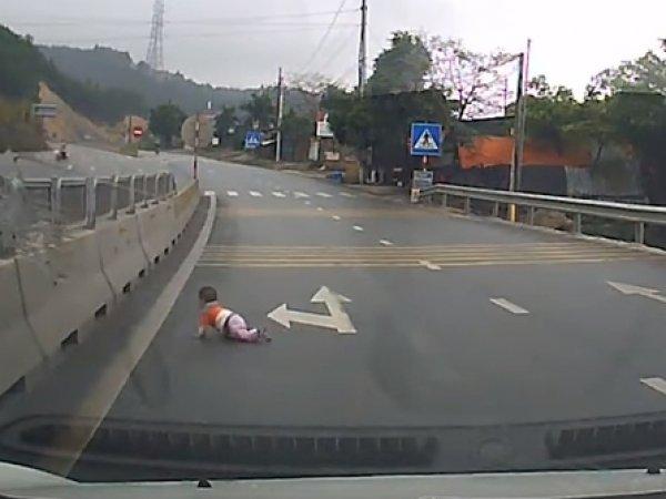 На YouTube появилось видео спасения младенца, ползавшего по оживленной трассе