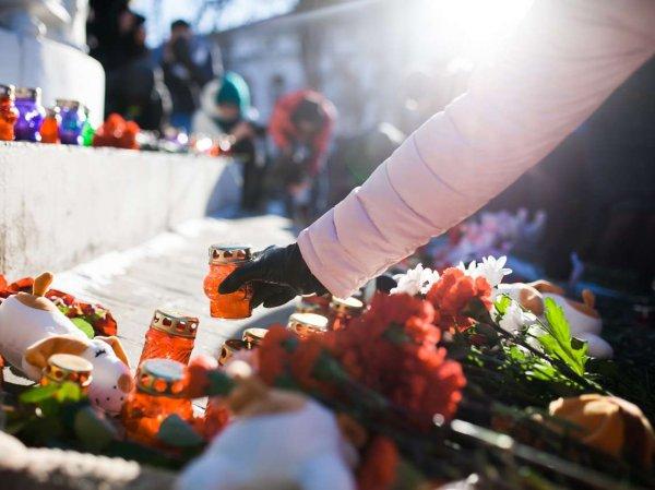 """Похороны в Кемерово: сегодня город прощается с жертвами пожара в ТЦ """"Зимняя вишня"""" (ВИДЕО)"""