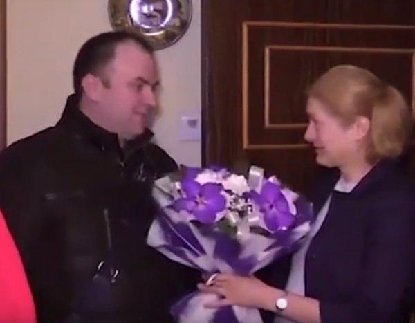 В Петербурге улыбающийся чиновник с цветами поздравил женщину с годовщиной теракта