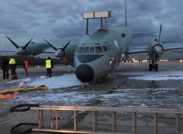 """В Сети появилось видео аварийной посадки Ил-38 на """"брюхо"""" без шасси в Жуковском"""