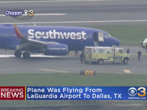 В США во время экстренной посадки самолета при взрыве двигателя погибла женщина: ее затянуло в иллюминатор