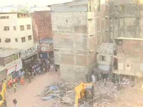 В Индии автомобиль обрушил здание гостиницы: минимум 10 погибших