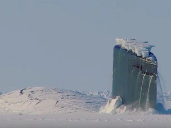 На YouTube опубликовали видео, как атомная подлодка США пробивает лет Арктики