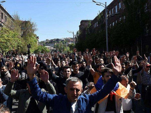 """В Армении объявили """"бархатную революцию"""": накануне в Ереване прошли столкновения с полицией (ВИДЕО)"""