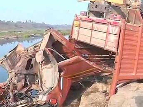 В Индии грузовик упал с моста: погиб 21 человек