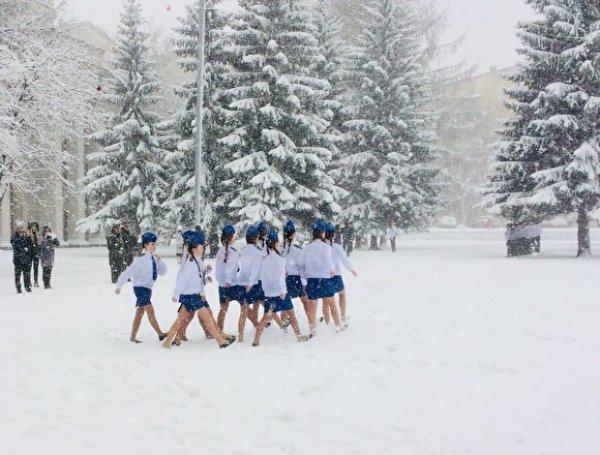 В Екатеринбурге девушки в мини-юбках маршировали по снегу на репетиции парада