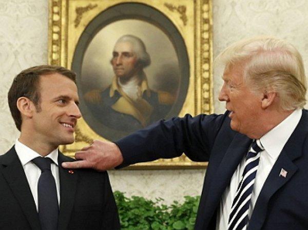 Трамп демонстративно стряхнул перхоть с Макрона