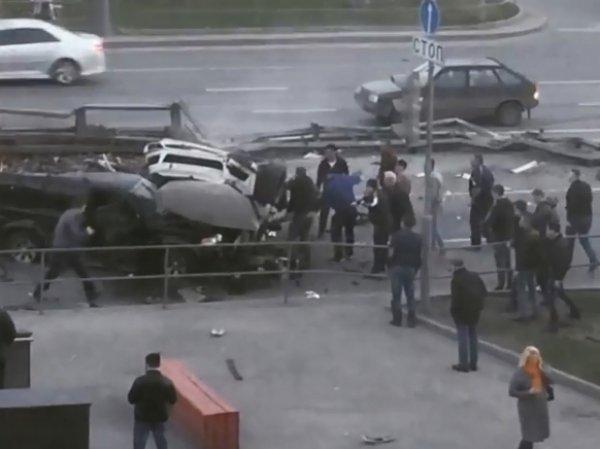 Авария на Рязанском проспекте сейчас: самосвал со щебнем снес две машины – один человек погиб