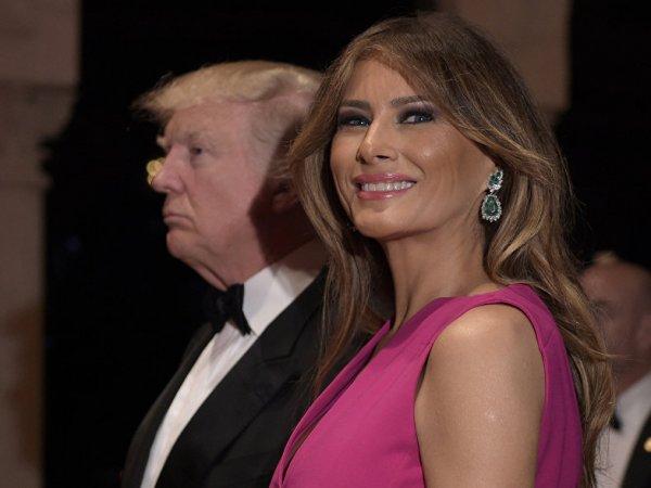 Соцсети высмеяли робкие попытки Трампа взять жену за руку