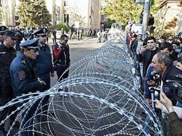 """В Армении оппозиционный депутат объявил """"бархатную революцию"""""""