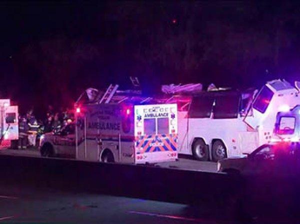В США школьный автобус протаранил мост: десятки детей ранены