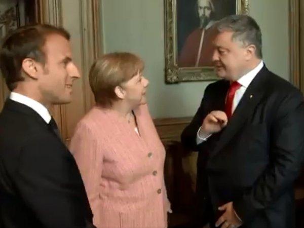 Странное поведение Порошенко на встрече с Меркель и Макроном попало на видео