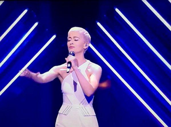 На «Евровидении» хулиган выхватил микрофон из рук британской певицы