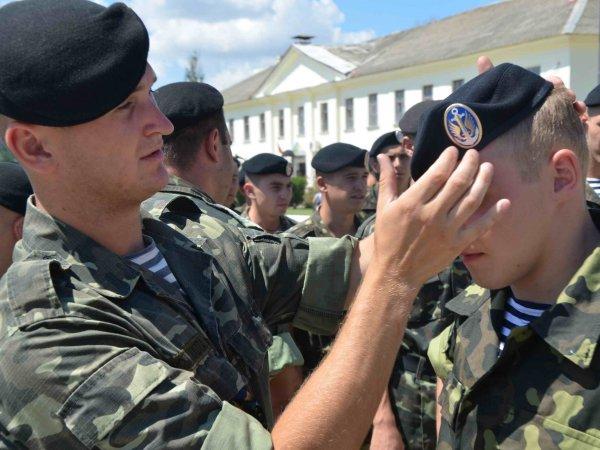Украинские морпехи устроили демарш перед Порошенко, отказавшись менять береты