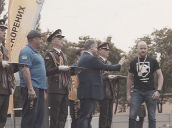 """Боевик """"Азова"""" отказался пожать руку Порошенко"""