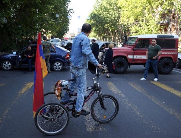 Сторонники Пашиняна перекрывают дороги в Армении: люди добираются до аэропорта Еревана пешком