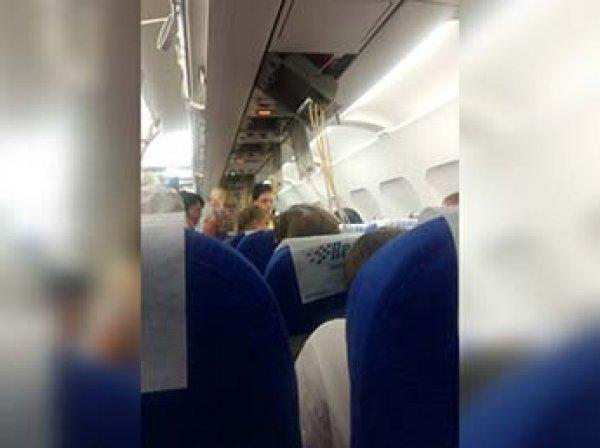 """""""Выпали маски, взрослые крестились"""": в Волгограде аварийно сел самолет из Турции"""