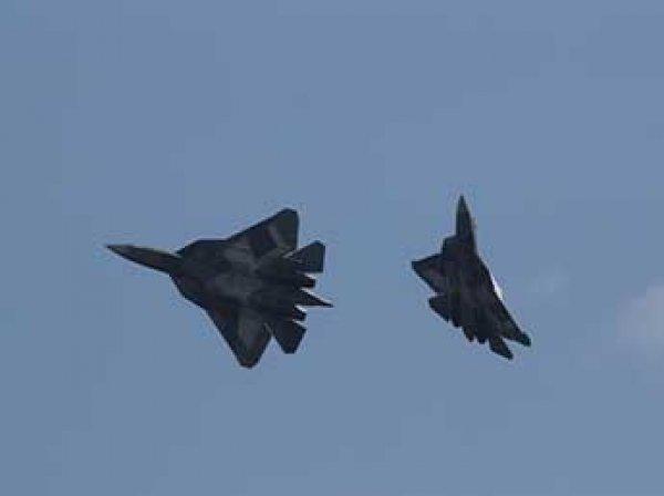 Боевой разворот пары истребителей Су-57 заснял на видео беспилотник