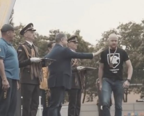 """Боец """"Азова"""" объяснил причину отказа пожать руку Порошенко"""