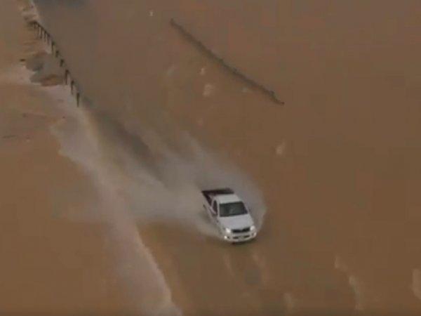 В огромной пустыне из-за циклона появились озера