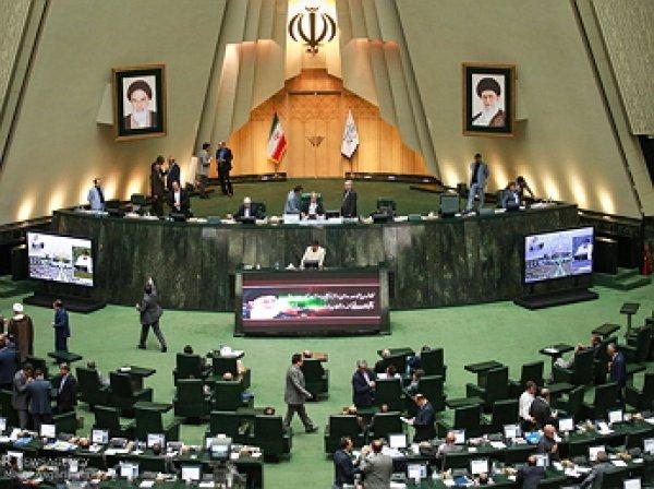 Иран сжег флаг США после решения Трампа по ядерной сделке