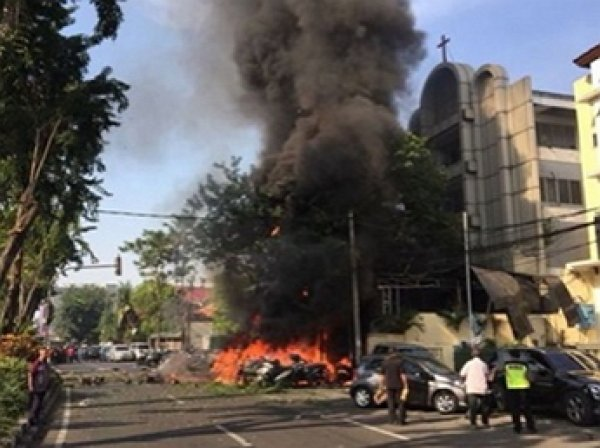 В Индонезии произошли атаки на церкви: 9 человек погибли