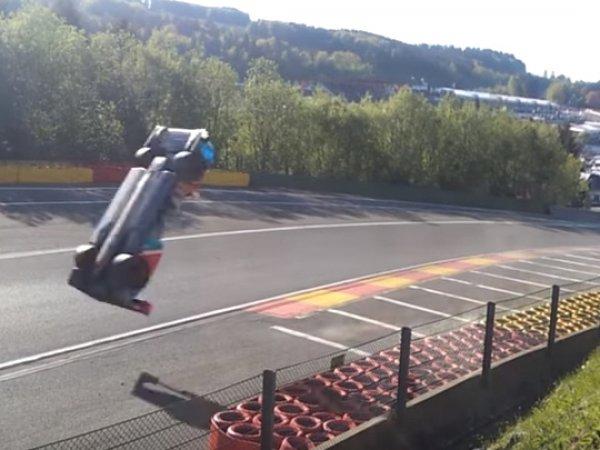 На YouTube опубликовали видео сальто болида российского гонщика на скорости 300 км/ч