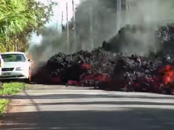 """Горящая лава за минуту """"съела"""" машину на Гавайях"""