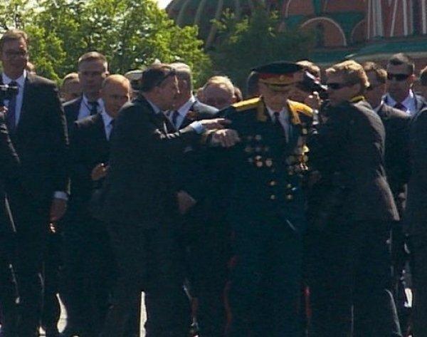 Путин вступился за ветерана, которого оттолкнула охрана президента: инцидент попал на видео