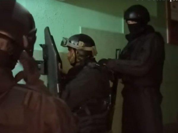 В Сеть попало видео штурма квартиры с заложниками в Москве
