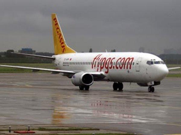 Boeing 737 с туристами из России экстренно сел в Казахстане из-за отказа двигателя