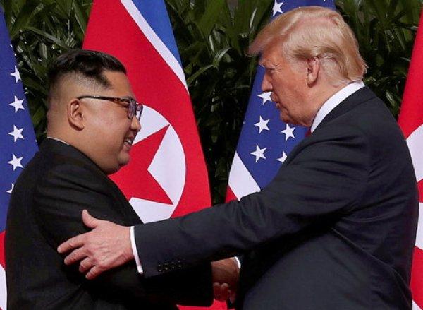 Трамп и Ким Чен Ын впервые встретились и пожали друг другу руки