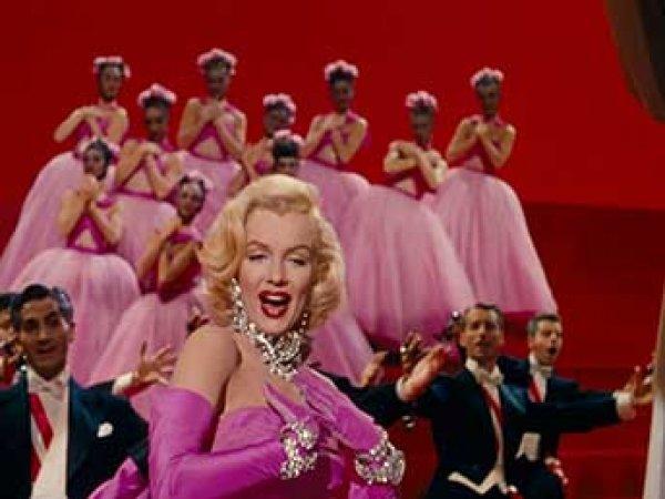 В Сеть попало необычное видео – сцены с танцами из 300 фильмов склеили в один ролик