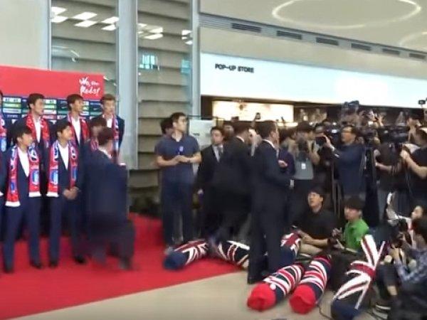 Болельщики забросали футболистов Южной Кореи яйцами после прибытия в аэропорт