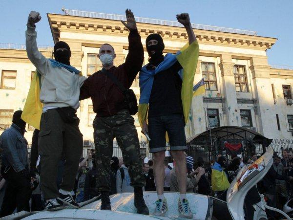 Протестующие разложили возле посольства РФ в Киеве  гробы