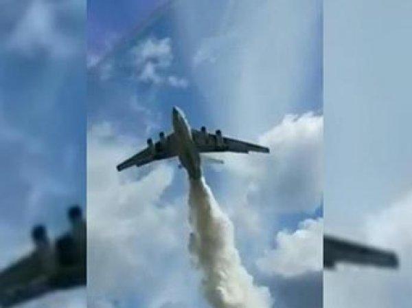 В Сеть попало видео, как Ил-76 сбросил 40 тонн воды на полицейских в Подмосковье